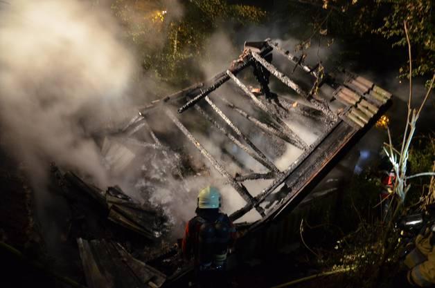 Laufen BL, 19. September: In einer Holzhütte an der Weststrasse brach gegen Mitternacht ein Feuer aus. Die Hütte wurde komplett zerstört. Verletzt wurde niemand.