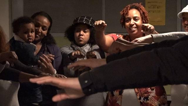 Singen im Treppenhaus: Afrikanische Lebensfreude im multinationalen Flüchtlingschor.