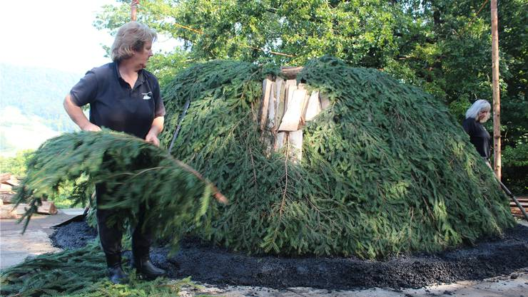 Am Donnerstag wurde der Kohlemeiler (16 Ster Holz, Tannäste, «Löschi») von den Köhlerinnen Doris Wicki und Heidi Moy fertiggestellt. Am Freitagabend kommt die Glut rein.