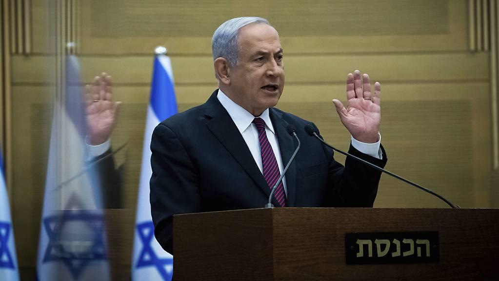 Benjamin Netanjahu, Ministerpräsident von Israel, gibt vor seiner Partei eine Erklärung ab. Netanjahu bekräftigte, in der Corona-Krise sei nationale Einheit notwendig.