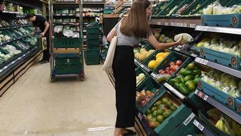 Mit Tesco geht es wieder aufwärts: Eine Frau in einem Tesco-Geschäft in London (Bild vom 2. Juli 2018).