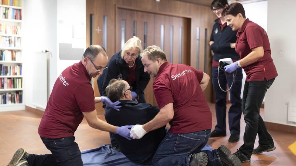 Samariter kümmern sich um einen Herzinfarkt-Patienten (Szene gestellt). Dass jemand ein Risiko für Herz-Kreislauf-Erkrankungen hat, lässt sich laut österreichischen Forschern an der Gefässwanddicke der Halsschlagader ablesen (Symbolbild)