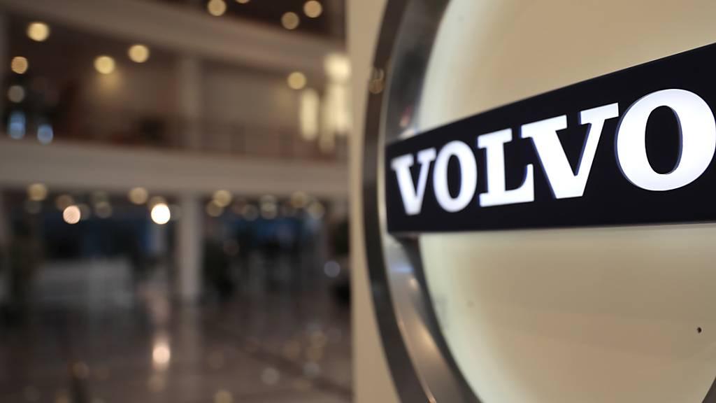 Der schwedische Autobauer Volvo investiert weiter in die E-Mobilität. Gemeinsam mit dem Batterienhersteller Northvolt plant Volvo den Bau einer grossen Batteriefabrik.(Archivbild)