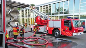 Die Feuerwehr Olten bei einer Übung vor dem Sälischulhaus mit der Autodrehleiter.