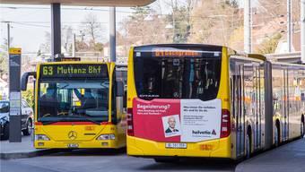 Eine Linie wird eingestellt – die andere verlängert: 63er- und 64-Bus am Bahnhof Dornach-Arlesheim.