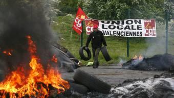 Gewerkschafter verbrennen Autoreifen als Blockade einer Raffinerie im Norden Frankreichs