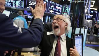 Abklatschen nach einem Erfolgreichen Börsentag: Zwei Händler an der New Yorker Wall Street.