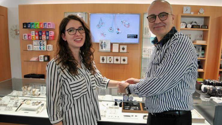 Lehrtochter Céline Wenk und Inhaber Daniel Schmid stellen beim Uhren- und Schmuckgeschäft schon mal eine Uhr vor.