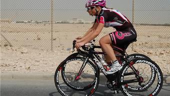 Doris Schweizer pedalt durch die Wüste in Katar.