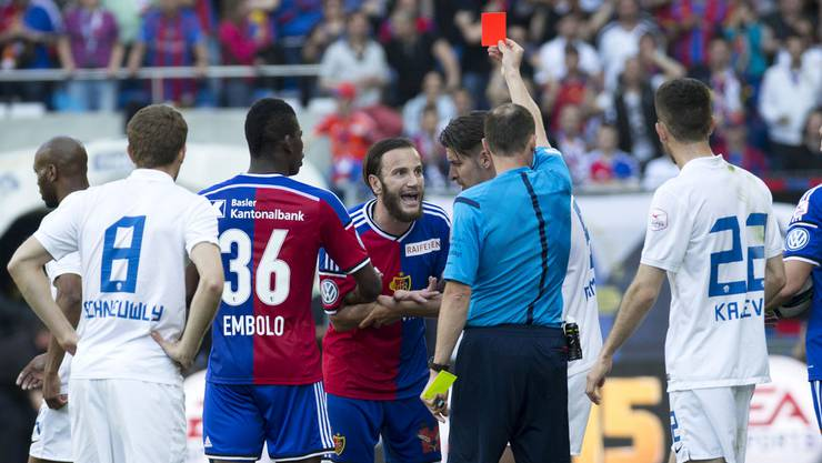 Shkelzen Gashi (Mitte) wird gegen Zürich vom Platz gestellt.