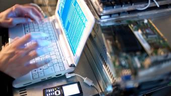 Die nationalrätliche Sicherheitskommission will das Gesetz zum Export von Gütern zur Internet- und Handyüberwachung anpassen und definitiv einführen.