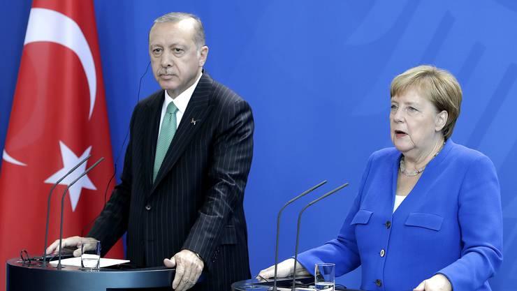 Die deutsche Bundeskanzlerin Angela Merkel hat nach Gesprächen mit dem Präsidenten Recep Tayyip Erdogan Kritik an der Lage in der Türkei geäussert.