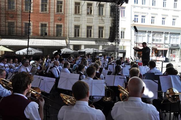 Gemeinschaftskonzert von Stadtmusik Olten und Stadtkapelle Offenburg auf der grossen Bühne des Altenburger Marktplatzes. (Foto: David von Arx)
