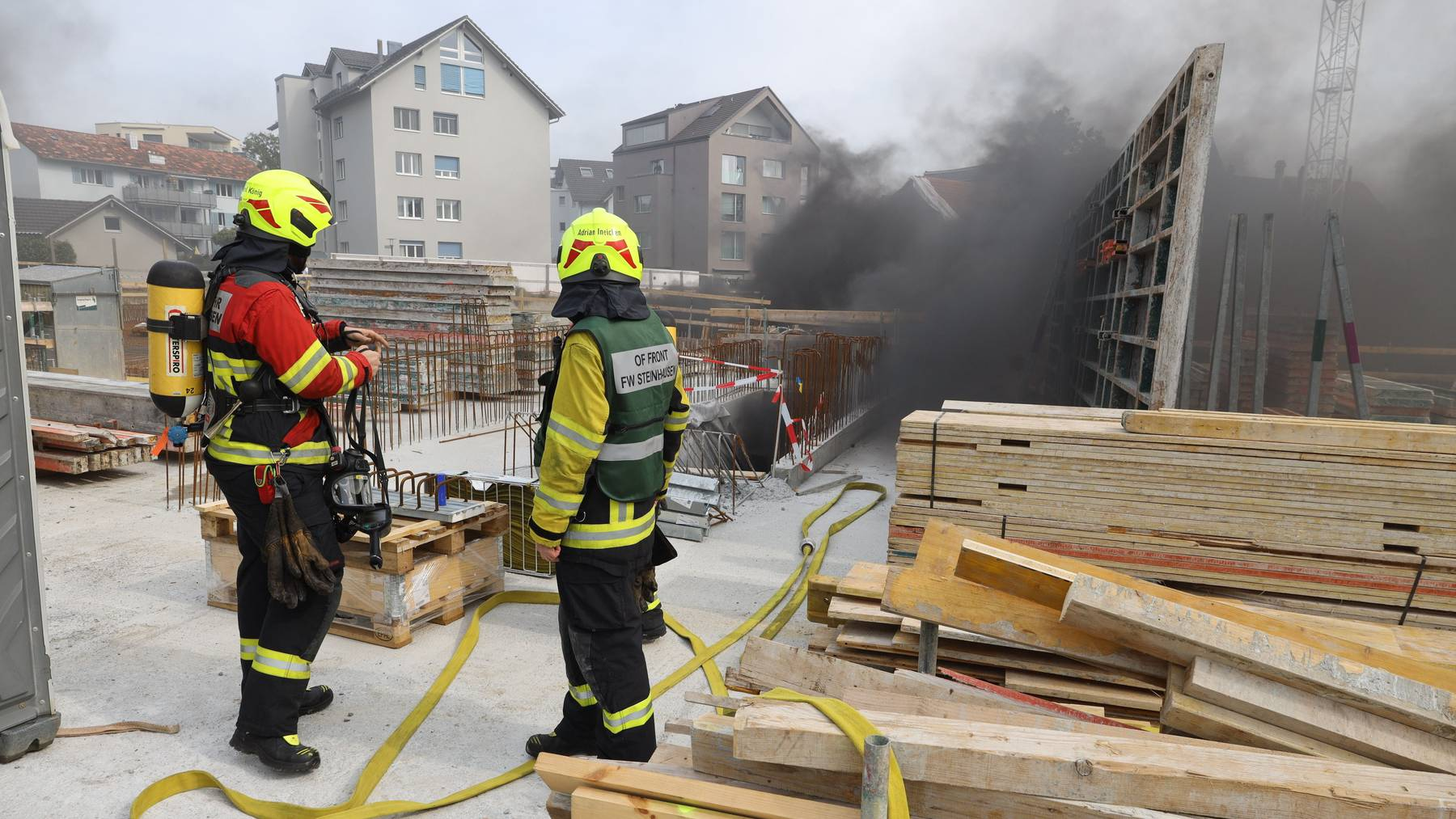Was der Auslöser für das brennende Baumaterial war, wird jetzt abgeklärt.