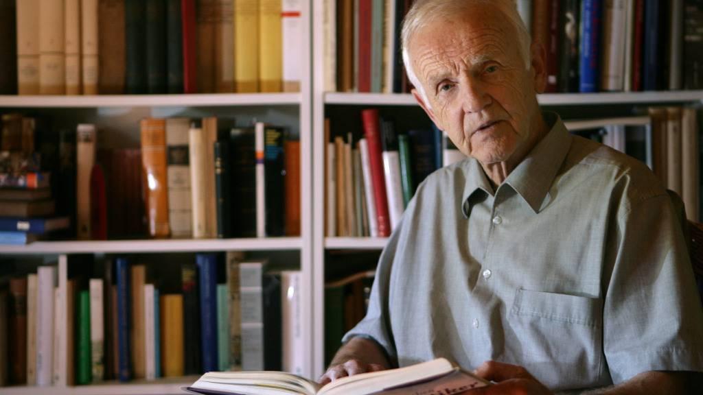 ARCHIV - Der Schriftsteller Günter de Bruyn, sitzt mit einem Buch in der Hand in seinem Haus. Der Schriftsteller Günter de Bruyn («Buridans Esel») ist tot. Foto: Patrick Pleul/dpa-Zentralbild/dpa