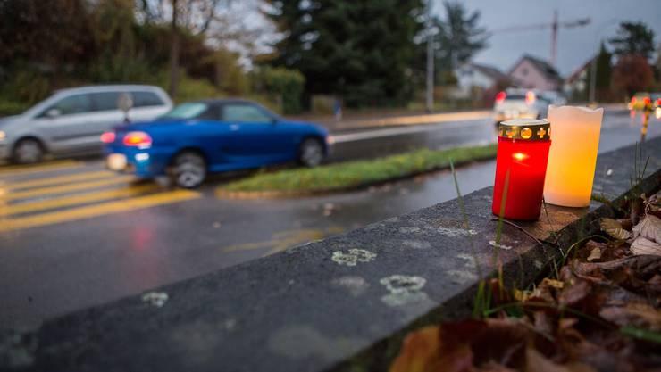 Kerzen erinnern an die 19-jährige Elida, die am Montagabend auf diesem Fussgängerstreifen tödlich verletzt wurde.