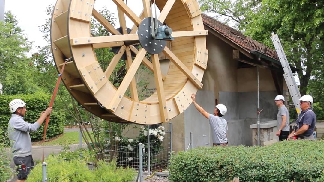Das Mühlerad wird ins Möhliner Mühlehäuschen gehievt