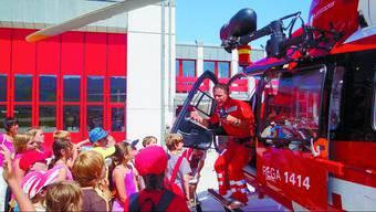 Grosses Staunen: Der Rettungssanitäter Daniel Oesch erklärt den Ferienpass-Kindern, was es im Eurocopter alles zu sehen gibt.