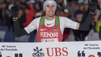 Julien Wanders überquert an der Course de l'Escalade die Ziellinie