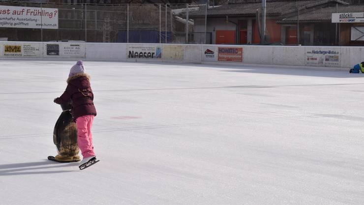 Für die kleinen Anfänger stehen auf der Eisbahn Wohlen Fahrhilfen zur Verfügung.
