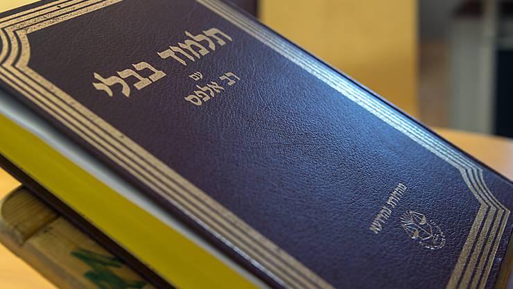 Ein Talmud - eines der bedeutendsten Schriftwerke des Judentums. Er zeigt auf, wie Regeln im Alltag von den Rabbinern verstanden und ausgelegt wurden. (Symbolbild)