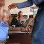 Schweizweit werden rund 2000 Kinder zu Hause statt von Mami oder Papi statt im Klassenzimmer unterrichtet.