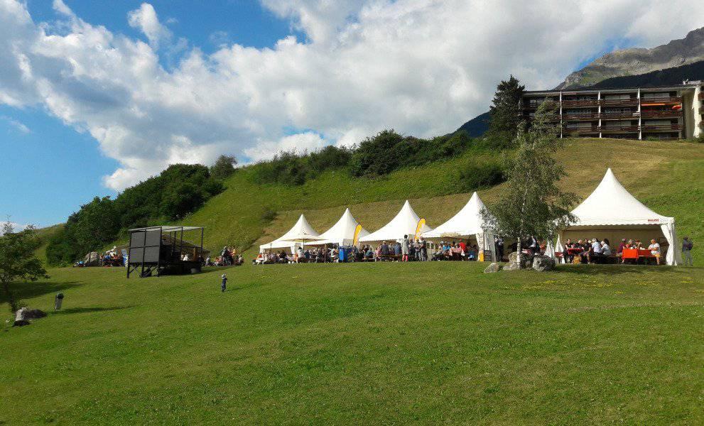 Verschiedene Gastrobetriebe beteiligen sich am Savogniner Seefest. (Bild: pd)