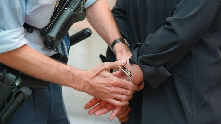 Bei einer Bar-Kontrolle in Winterthur wurde die Stadtpolizei auf drei Betrüger aufmerksam (Symbolbild).
