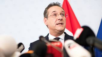 Im Kreuzverhör: Heinz-Christian Strache stellte sich nach dem Skandal-Video den Medien.