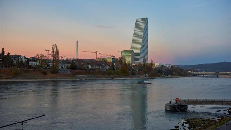 Der Roche-Turm am Rhein in Basel-Stadt.