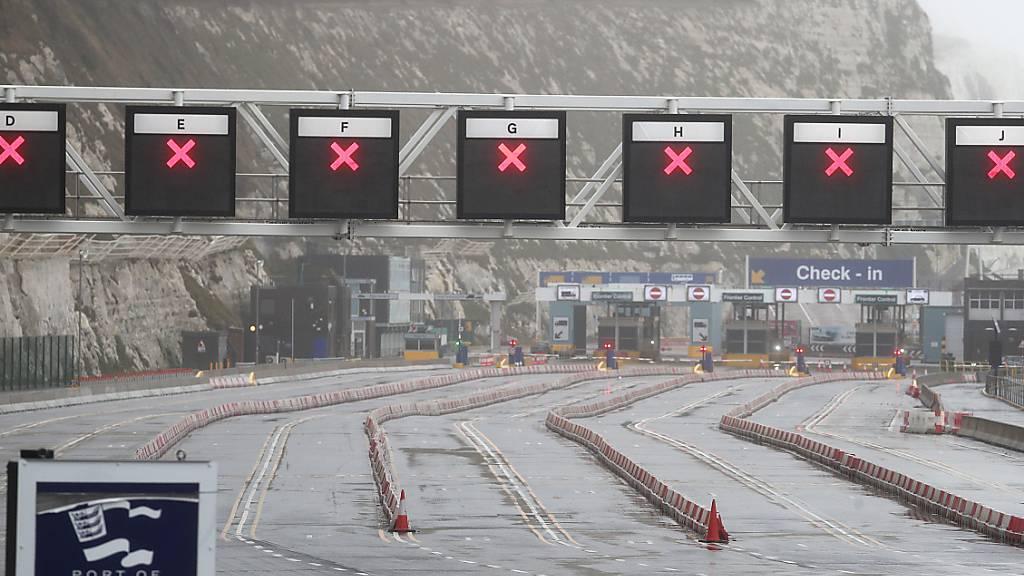 Alle Check-in-Spuren im Hafen von Dover sind gesperrt. Wegen der rasanten Ausbreitung der in Großbritannien entdeckten Variante des Coronavirus hat neben anderen Staaten Frankreich die Grenzen zum Vereinigten Königreich geschlossen. Foto: Steve Parsons/PA Wire/dpa