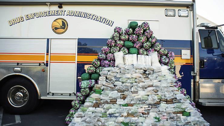 Beschlagnahmte Drogen werden ausgestellt, nachdem DEA-Agenten eine Pressekonferenz abgehalten haben. Foto: Sarah Reingewirtz/The Orange County Register/AP/dpa