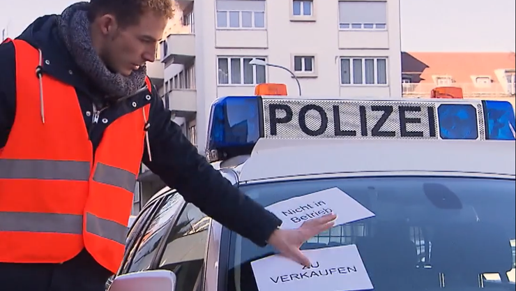 Kabarettist Michael Elsener ergreift Massnahmen zum Shutdown. Das Polizeiauto wird kurzerhand verkauft.