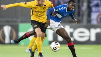 YB-Captain Fabian Lustenberger behauptet sich im Duell mit Glasgows Glen Kamara