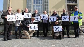 OK-Präsident Jürg Baur (kniend) präsentiert mit rund der Hälfte seiner OK-Kollegen und -Kolleginnen die Daten fürs nächste Brugger Stadtfest.
