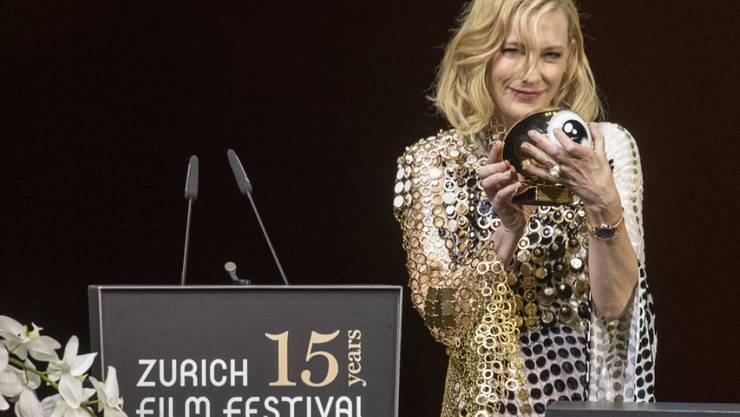 """Die australische Schauspielerin Cate Blanchett freut sich über die """"verrückte"""" Idee des Zurich Film Festivals, ihr den """"Golden Icon Award"""" zu verleihen. (Keystone/Ennio Laenza)"""