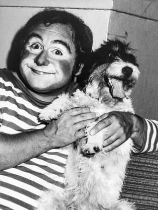 """Jörg Schneider tritt im Kindermusical """"Zauber Zirkus Zuckerhut"""" als Clown Ringgi mit seinem Hund Zofi auf. (1978)"""