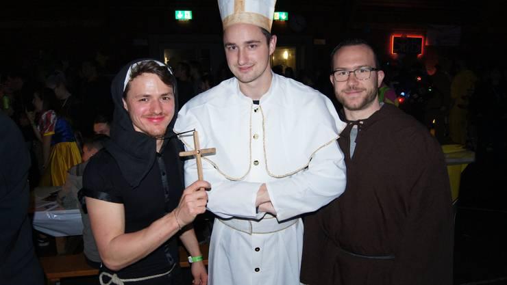 Ach du heilige... Ivo Morand (Mitte), Lars Burkhart (rechts) und ein Kollege (links) aus Buchs.