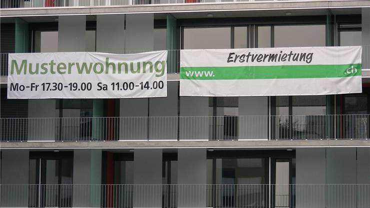 Mit grossen Werbebannern werden Mieter für Neubauwohnungen gesucht. az-Archiv