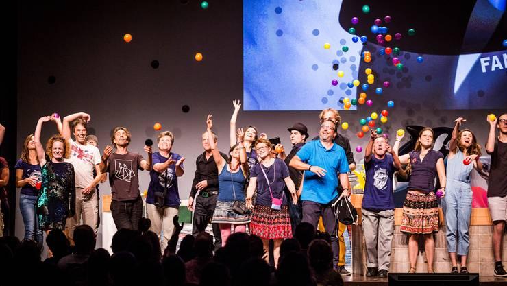 Ein fröhliches Gruppenbild zum Abschluss mit den Helferinnen und Helfern sowie den anwesenden Gewinnerinnen und Gewinnern am Fantoche 2016.