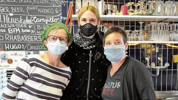 Nach 14 Jahren ist Schluss. Käth Galizia (links), Liz Kuhn und Corinne Manimanakis schliessen die Türe der Wohler Kulturbeiz für immer.