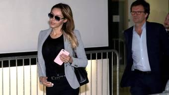 Das französisch-schweizerische TV-Starlet Nabilla Benattia (links) - hier bei ihrer Ankunft vor Gericht in Nanterre - ist wegen Messerstichen auf ihren Freund schuldig gesprochen worden. Sie muss aber nicht ins Gefängnis.