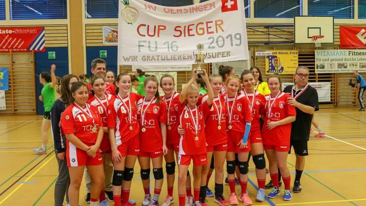 Die U16 Juniorinnen feiern den Cupsieg.