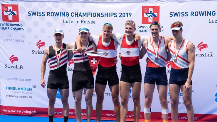 Die stolzen Ruderer präsentieren ihre an der Schweizer Meisterschaft gewonnenen Medaillen.