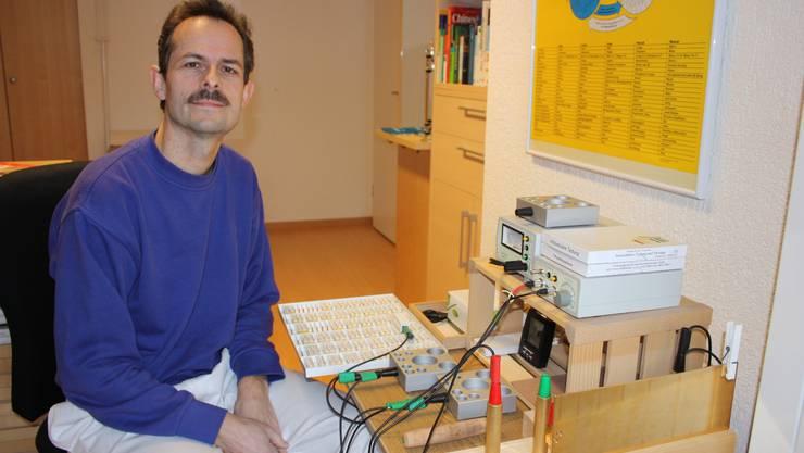 Naturarzt Marc Antoine Viatte arbeitet mit einem hochempfindlichen Bioresonanzgerät.