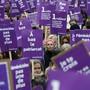 Frauen protestieren in Paris gegen häusliche und sexuelle Gewalt. Sie wollen der Regierung von Präsident Macron Dampf machen.