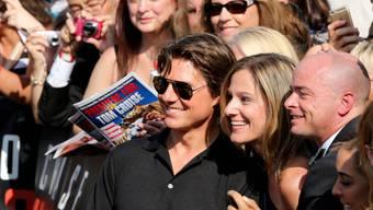 """Vor der Welturaufführung von """"Mission Impossible - Rogue Nation"""" in Wien badet Hauptdarsteller Tom Cruise in der Menge"""