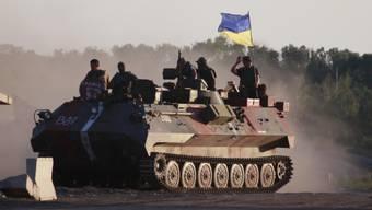 Sollen verschwinden, wenn die Ostukraine mehr Autonomie von der Zentrale in Kiew erhalten hat: ukrainische Panzer in der Nähe von Luhansk.