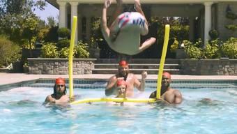 Sie machen nur Werbung – sportlich haben es diese Synchronschwimmer aber trotzdem drauf.