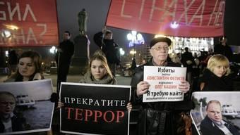 Demonstranten halten auf dem Puschkin-Platz in Moskau Plakate und Fotos von Oleg Kaschin in die Höhe